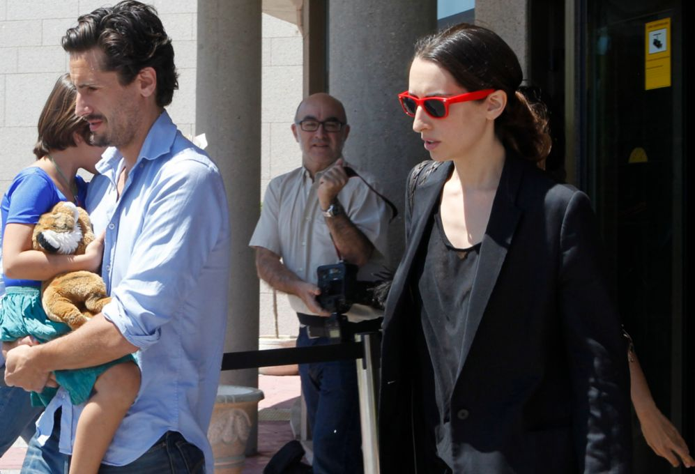 Juan Diego Botto and wife Olga Rodríguez with their daughter