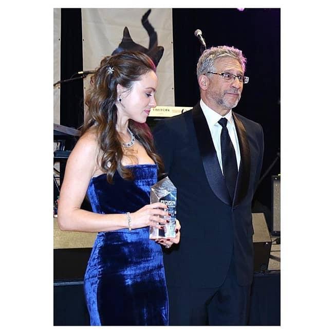 Nikita Kahn with her Voice for the Animals Award